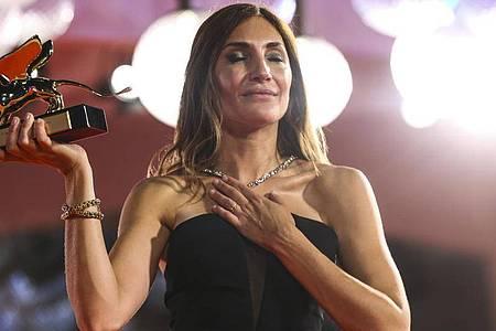 Audrey Diwan, Regisseurin aus Frankreich, erhält den Goldenen Löwen für «Happening» («L`événement»). Foto: Joel C Ryan/Invision/AP/dpa