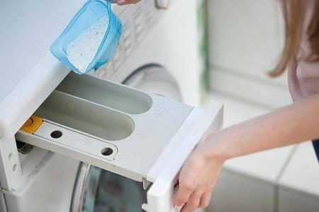 Bleichmittelhaltige Voll- oder Universalwaschmittel haben eine höhere Waschwirkung als Produkte ohne den Zusatz. Foto: Christin Klose/dpa-tmn