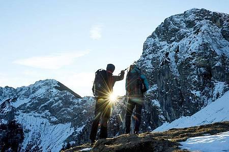 Bergführer wissen, wo sie ihren Gästen die schönsten Naturschauspiele zeigen können. Foto: Angelika Warmuth/dpa-tmn
