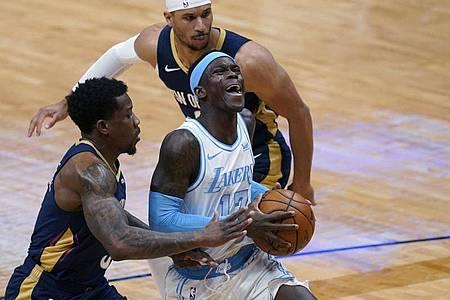 Auch Dennis Schröder (M.) konnte die Niederlage der Lakers nicht verhindern. Foto: Gerald Herbert/AP/dpa