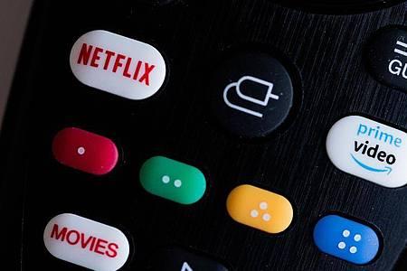 Amazon Prime Video und Netflix auf einer Fernbedienung. Foto: Rolf Vennenbernd/dpa