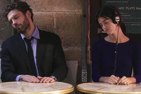 Arnaud Valois als Raphaël und Suzanne Lindon als Suzanne in einer Szene des Films «Frühling in Paris». Foto: -/MFA/dpa
