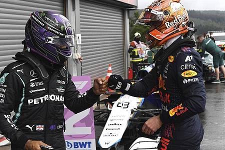 Quali-Sieger Max Verstappen (r) und der drittplatzierte Lewis Hamilton geben sich nach der Qualifikation die Faust. Foto: John Thys/Pool AFP/AP/dpa