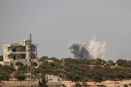 Nach einem russischen Luftangriff steigen am Rande der Provinz Idlib Rauchschwaden auf. Foto: Moawia Atrash/ZUMA Wire/dpa