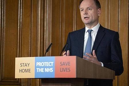 Die Hoffnung liege nun auf der Massenimpfung gegen Corona, sagt NHS-Chef Simon Stevens. Foto: Pippa Fowles/10 Downing Street/dpa