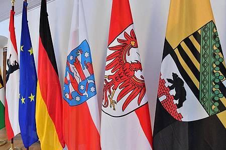 Fahnen am Tagungsort einer Ministerpräsidentenkonferenz der ostdeutschen Bundesländer. Foto: Martin Schutt/dpa-Zentralbild/dpa