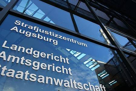 Das Strafjustizzentrum in Augsburg. Dort muss sich vor dem Landgericht eine 32 Jahre alte Frau verantworten, die im Sommer 2019 ihr neugeborenes Baby auf einer Wiese ausgesetzt haben soll. Foto: Karl-Josef Hildenbrand/dpa