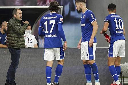Muss beim FC Schalke 04 für neues Selbstvertrauen sorgen: Trainer Manuel Baum (l) spricht an der Seitenlinie zu den Spielern. Foto: Michael Sohn/AP/dpa