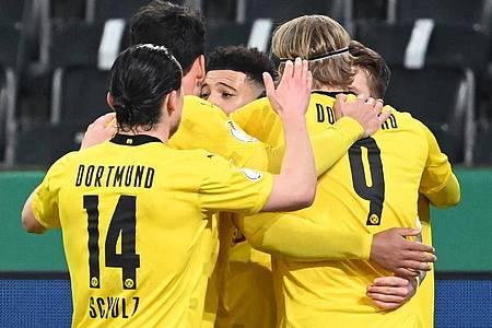 Die Spieler von Borussia Dortmund feiern das Tor von Jadon Sancho (M) gegen Gladbach. Foto: Federico Gambarini/dpa-Pool/dpa