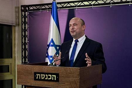 Naftali Bennett, Vorsitzender der ultrarechten Jamina-Partei und designierte Ministerpräsident von Israel, gibt eine Erklärung in der Knesset, dem israelischen Parlament, ab. Foto: Menahem Kahana/Pool AFP/AP/dpa