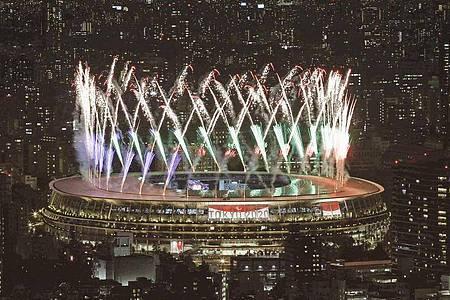 Ein Feuerwerk erhebt sich über dem Nationalstadion.. Foto: -/Kyodo/dpa