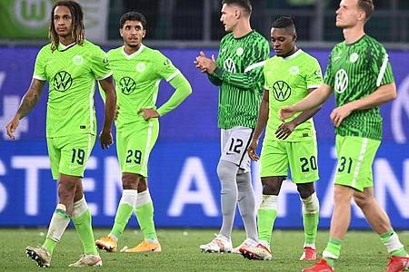 Die Wolfsburger verzichteten trotz ihres Sieges auf einen großen Jubel. Foto: Swen Pförtner/dpa