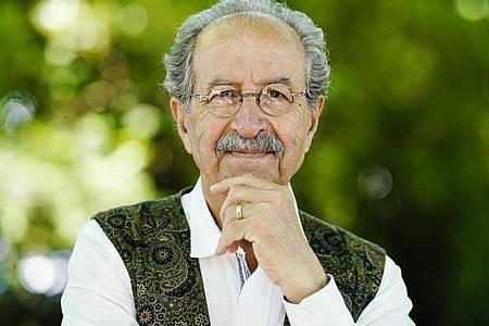 Der Schriftsteller Rafik Schami schreibt: «Mein Sternzeichen ist der Regenbogen». Foto: Uwe Anspach/dpa
