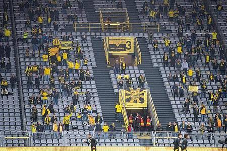 Beim Revierderby zwischen Borussia Dortmund und dem FC Schalke 04 sind nur 300 Zuschauer zugelassen. Foto: Guido Kirchner/dpa