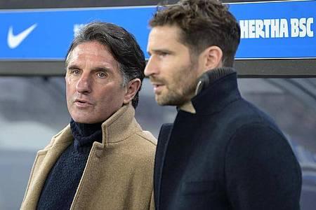 Sowohl Herthas Trainer Bruno Labbadia (l) als auch Sportdirektor Arne Friedrich haben eine Bielefelder Vergangenheit. Foto: Soeren Stache/dpa-Zentralbild/ZB