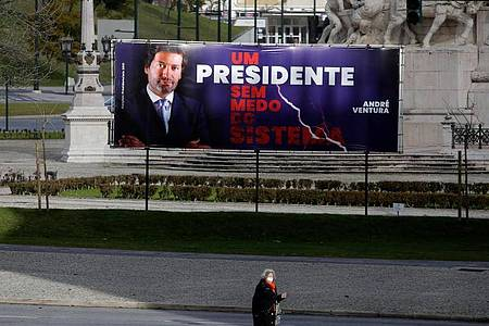 Wahlplakat in Lissabon: Im besonders heftig von der Corona-Pandemie getroffenen Portugal wird ein Präsident gewählt. Foto: Armando Franca/AP/dpa