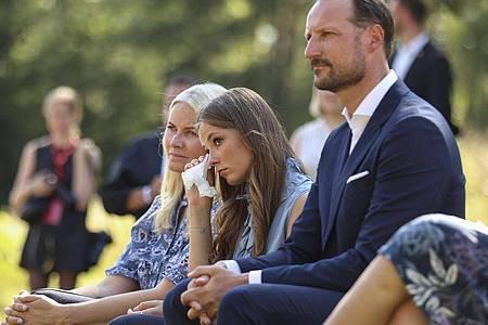 Kronprinzessin Mette-Marit von Norwegen (l-r), Prinzessin Ingrid Alexandra und Kronprinz Haakon von Norwegen bei einer Gedenkfeier am zehnten Jahrestag der Terroranschläge. Foto: Beate Oma Dahle/NTB/dpa