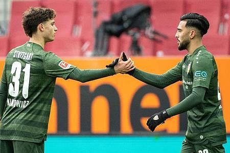 Stuttgarts Mateo Klimowicz (l) und Torschütze Nicolas Gonzalez jubeln über den Treffer zur 1:0-Führung in Augsburg. Foto: Matthias Balk/dpa