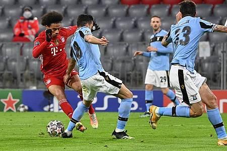 Bayern-Profi Leroy Sané (l) wird von den Beinen geholt. Foto: Sven Hoppe/dpa