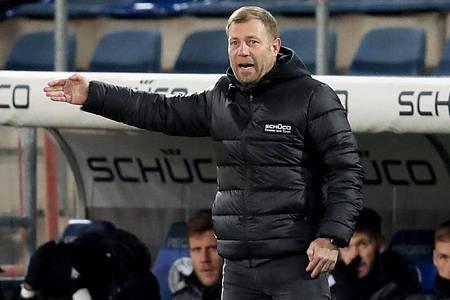 Ärgert sich über das Gegentor: Bielefelds Trainer Frank Kramer. Foto: Friso Gentsch/dpa