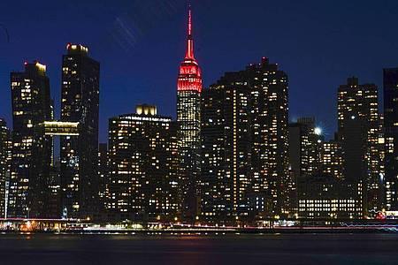 Das Empire State Building wird in Gedenken an die Hunderttausenden Corona-Toten in den USA rot beleuchtet. Foto: Frank Franklin II/AP/dpa