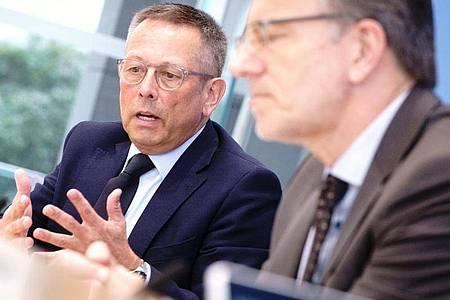 Holger Münch (r), Präsident des Bundeskriminalamts, und Johannes-Wilhelm Rörig, Bundesbeauftragter für Fragen des sexuellen Kindesmissbrauchs, in Berlin. Foto: Kay Nietfeld/dpa