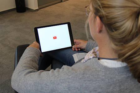 Frau schaut YouTube-Video von Rezo