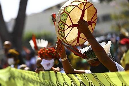 Indigene Frauen in volkstümlichen Trachten bei einer Kundgebung in Brasília. Foto: Marcelo Camargo/Agencia Brazil/dpa