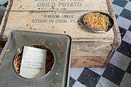 76 Jahre altegetrocknete Kartoffeln der australischen Streitkräfte. Foto: Marius Rügge/Marius Rügge/dpa