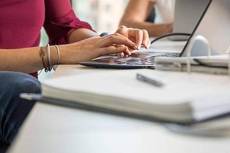Einen kompletten und ständigen Zugriff durch Kollegen und Kolleginnen oder Arbeitgeber auf ihr Mailpostfach müssen Beschäftigte nicht gewähren. Foto: Christin Klose/dpa-tmn