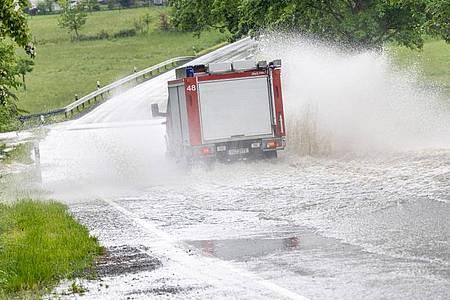 Heftige Regenfälle haben Straßen im Taunus überflutet. Foto: Jan Eifert/dpa