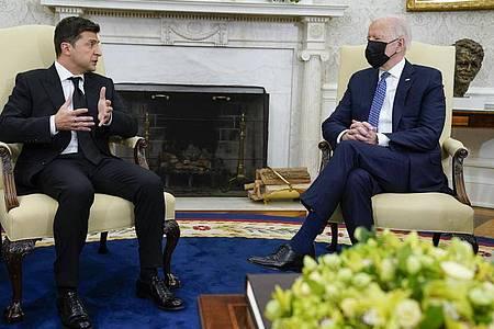 US-Präsident Joe Biden (r) spricht mit dem urkainischen Präsidenten Wolodymyr Oleksandrowytsch Selenskyj im Oval Office. Foto: Evan Vucci/AP/dpa
