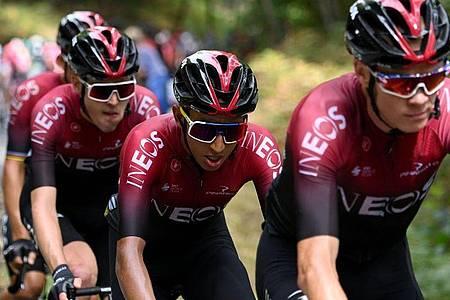 Egan Bernal (M)vom Team Ineos ist bei der Dauphiné-Rundfahrt ausgestiegen. Foto: Anne-Christine Poujoulat/AFP/dpa