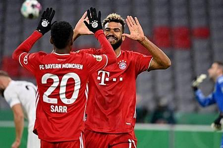 Nach seinem Tor zum 1:0 gegen den FC Düren klatscht Eric Maxim Choupo-Moting (r) mit Bouna Sarr ab. Foto: Peter Kneffel/dpa