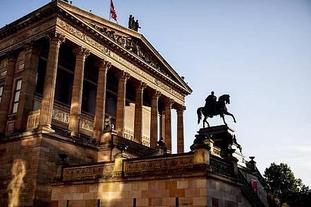 Auch in der Alten Nationalgalerie sind Objekte mit einer Flüssigkeit beschädigt worden. Foto: Christoph Soeder/dpa