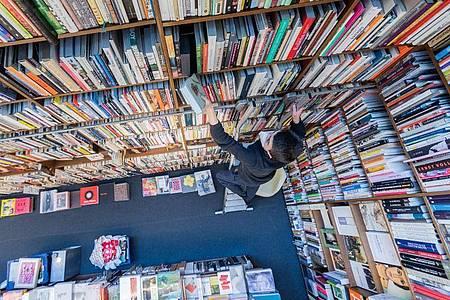 Ein Mitarbeiter der Buchhandlung Walther König in Köln. Foto: Rolf Vennenbernd/dpa