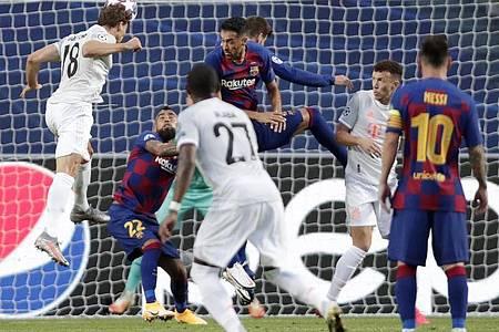 Bayerns Leon Goretzka (l) springt zum Kopfball. Foto: Manu Fernandez/AP Pool/dpa