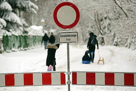 Wegen des starken Besucherandrangs sperren zahlreiche Wintersportorte Zufahrten. Foto: Matthias Bein/dpa-Zentralbild/dpa