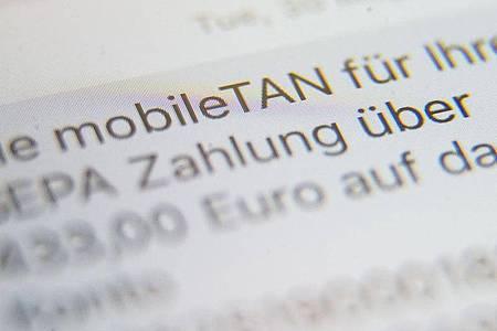 Eine SMS, in der eine sogenannte mobileTAN zur Verifikation von Banküberweisungen angezeigt wird, wird auf dem Display eines Handys angezeigt. Foto: picture alliance / Lino Mirgeler/dpa