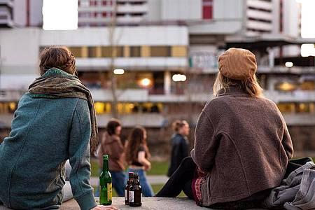 Zu zweit im an der frischen Luft. Mehr ging für junge Menschen lange Zeit nicht. Foto: Moritz Frankenberg/dpa