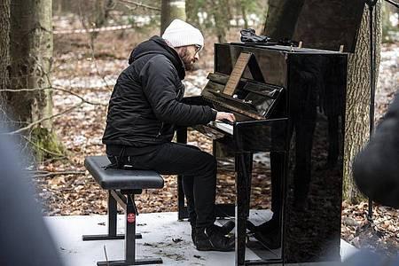 Der Pianist Igor Levit nimmt auf Einladung von Greenpeace an den Protesten gegen die Rodungen im Dannenröder Forst teil (2020). Foto: Boris Roessler/dpa