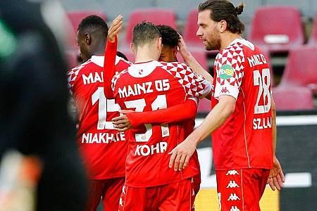 Die Mainzer Spieler bejubeln den zwischenzeitlichen Ausgleich zum 2:2. Foto: Thilo Schmuelgen/Reuters-Pool/dpa