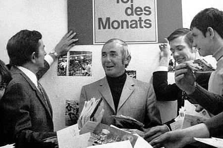 """Ernst Huberty (m.) und seine Mitarbeiter sichten im April 1971 beim WDR in Köln rund 250 000 Zuschriften zur Wahl des """"Tor des Monats"""". Foto: picture alliance / -/dpa"""