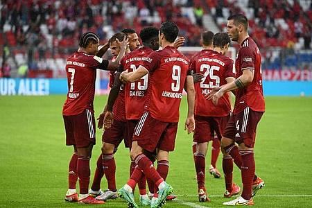 Die Bayern um Doppelpacker Serge Gnabry (l) setzten sich nur mit viel Mühe gegen Köln durch. Foto: Sven Hoppe/dpa
