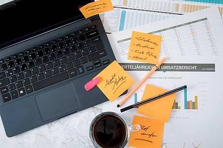 Die Informationsflut im Job kann sich negativ auf Leistung und Gesundheit auswirken. Foto: Christin Klose/dpa-tmn