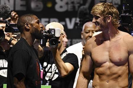 Floyd Mayweather (l) und Logan Paul vor dem Kampf. Foto: Jim Rassol/AP/dpa