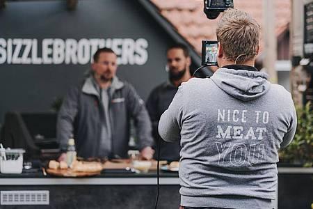 Die «Sizzle Brothers» wollen zeigen, dass Grillen kein Hexenwerk ist. Foto: Jonas Rothe/Sizzle Brothers/dpa-tmn