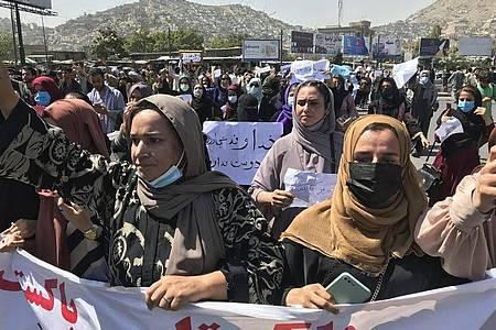 Afghanische Frauen bei einer Anti-Pakistan-Demonstration in der Nähe der pakistanischen Botschaft. Foto: Wali Sabawoon/AP/dpa