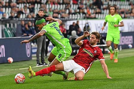 Wolfsburgs Aster Vranckx (l) spielt gegen Freiburgs Lucas Höler. Foto: Swen Pförtner/dpa