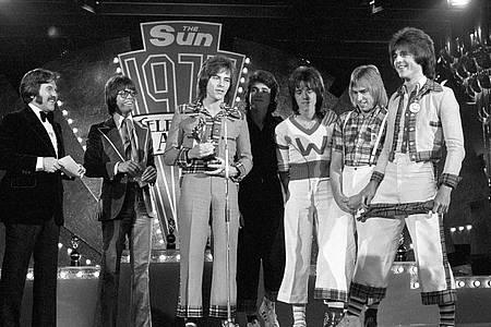 Die Bay City Rollers wurden 1975 bei den Sun Television Awards im Londoner Hilton Hotel Top Pop-Act ausgezeichnet. Foto: Pa/PA Wire/dpa